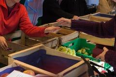 commercianti ed ospiti sul mercato settimanale locale di countrysi rurale fotografia stock libera da diritti