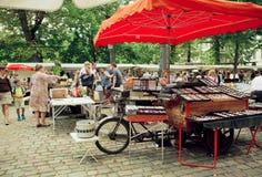 Commercianti popolari del mercato delle pulci che aspettano i clienti di retro vetri e mobilia Fotografia Stock