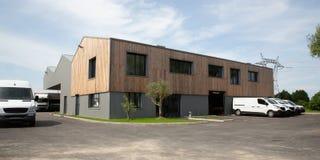 Commercieel bedrijfpakhuis met leveringsvrachtwagen en van facade royalty-vrije stock afbeeldingen