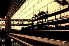 Commercieel centrum bij zonsondergang stock afbeelding