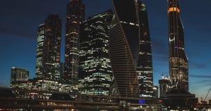 Commercieel centrum in Moskou bij avond stock videobeelden