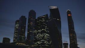 Commercieel centrum in Moskou bij avond met bewegend verkeer stock video