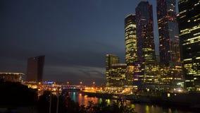Commercieel centrum op de rivierbank bij nacht stock video