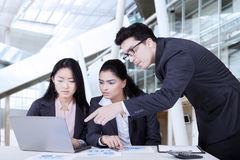 Commercieel commercieel team die in bureau bespreken Royalty-vrije Stock Afbeeldingen