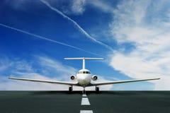 Commercieel lijnvliegtuig op baan Stock Afbeeldingen