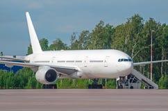 Commercieel passagiersvliegtuig in het parkeren bij de luchthaven Stock Fotografie