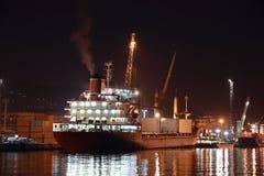 Commercieel schip in haven bij nacht Stock Foto