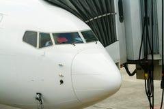 Commercieel straallijnvliegtuig bij ladingsdok Stock Foto