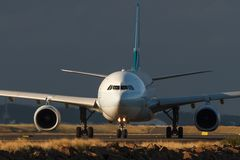 Commercieel straallijnvliegtuig op de baan in vooraanzicht stock foto's