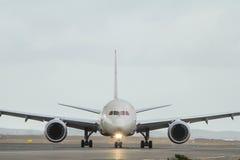 Commercieel straallijnvliegtuig in vooraanzicht. royalty-vrije stock fotografie