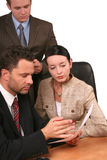 Commercieel team bij controle stock afbeelding
