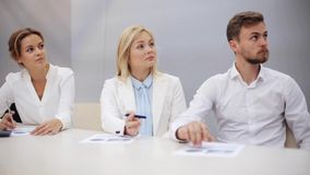Commercieel team bij presentatie in bureau stock footage