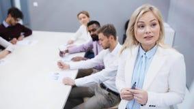 Commercieel team bij presentatie in bureau stock video