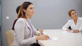 Commercieel team bij presentatie in bureau stock videobeelden