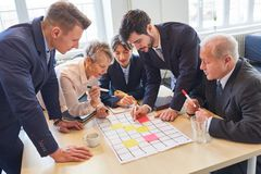 Commercieel team in creatieve workshop royalty-vrije stock fotografie