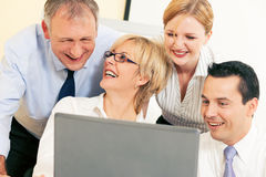 Commercieel team dat aan computer werkt Stock Foto