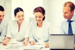 Commercieel Team dat bespreking in bureau heeft Royalty-vrije Stock Fotografie