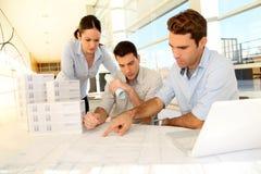 Commercieel team dat bouwplan bekijkt stock afbeelding