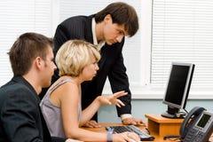 Commercieel team dat in bureau werkt Stock Afbeeldingen