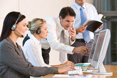 Commercieel team dat in bureau werkt Stock Foto's