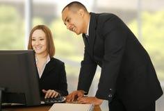 Commercieel Team dat in Compiter bekijkt Stock Foto's