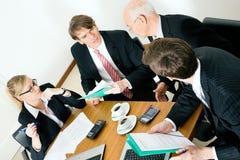 Commercieel Team dat diverse voorstellen bespreekt Royalty-vrije Stock Afbeelding