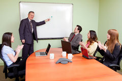 Commercieel team dat door positieve presentator wordt gemotiveerd Royalty-vrije Stock Foto's