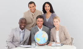 Commercieel team dat een aardse bol houdt Stock Afbeeldingen