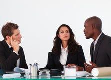 Commercieel team dat een nieuw plan bespreekt Stock Foto's