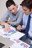 Commercieel team dat grafieken analyseert Stock Foto's