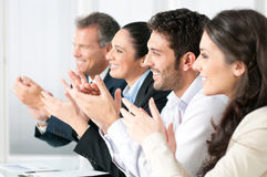 Commercieel team dat handen slaat stock afbeeldingen