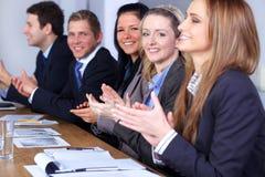 Commercieel team dat handen slaat tijdens vergadering Stock Foto's
