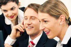Commercieel team dat in het bureau werkt Stock Foto's