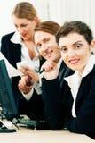 Commercieel team dat in het bureau werkt Stock Foto