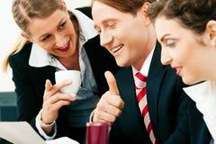 Commercieel team dat in het bureau werkt Stock Fotografie