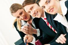 Commercieel team dat in het bureau werkt Royalty-vrije Stock Foto