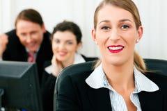 Commercieel team dat in het bureau werkt Royalty-vrije Stock Foto's