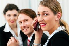 Commercieel team dat in het bureau werkt Stock Afbeelding