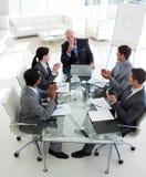 Commercieel team dat hun manager toejuicht stock foto