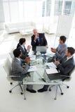 Commercieel team dat hun manager toejuicht royalty-vrije stock afbeeldingen