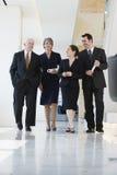 Commercieel team dat onderaan gang loopt. Royalty-vrije Stock Foto's