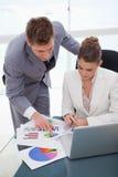 Commercieel team dat onderzoeksresultaten analyseert Stock Foto's