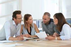 Commercieel team dat op kantoor werkt Stock Foto's