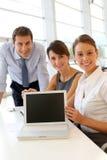 Commercieel team dat tevredenheid toont Stock Foto's