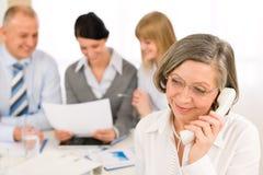 Commercieel team dat uitvoerende hogere vrouw ontmoet stock afbeelding