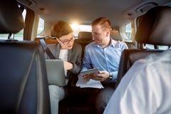 Commercieel team in de auto op zakenreis stock foto