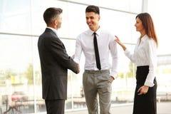 Commercieel team De mensen schudden handen communicerend met elkaar Stock Foto's