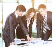 Commercieel team die aan hun project op het kantoor samenwerken een zonnige dag Stock Foto's