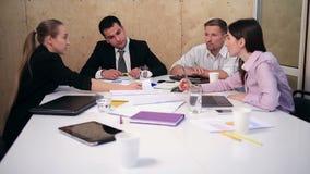Commercieel team die aan nieuw project op kantoor werken stock videobeelden