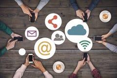 Commercieel team die aan smartphones werken Sociaal media het netwerkconcept van Internet